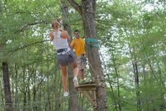 Paar die kabel beklimmen bij avonturenpark Royalty-vrije Stock Foto
