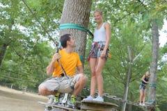 Paar die kabel beklimmen bij avonturenpark Stock Afbeelding