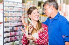 Paar die kleur van verf in ijzerhandel kiezen royalty-vrije stock afbeelding