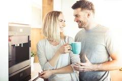 Paar die koffie maken royalty-vrije stock foto's