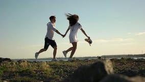 Paar die langs de rotsen op promenade lopen stock video