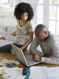 Paar die Laptop met Rekeningen met behulp van stock foto's