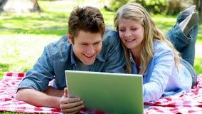 Paar die laptop op de vloer met behulp van stock video