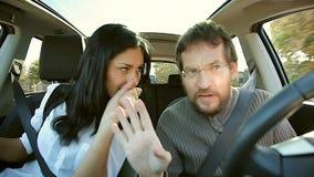 Paar die in liefde als gek in auto met muziek dansen stock video