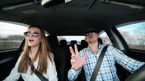Paar die in liefde in auto het drijven dansen stock videobeelden