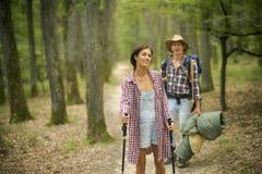 Paar die in liefde in bos met toeristisch materiaal wandelen royalty-vrije stock foto's