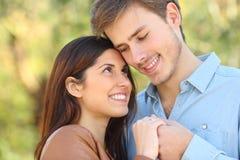 Paar die in liefde elkaar in een park kijken stock foto's