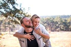 Paar die in liefde in het bos koesteren royalty-vrije stock foto