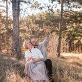 Paar die in liefde in het bos koesteren stock foto's