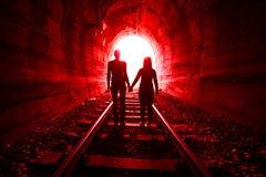 Paar die in liefde samen door in tunnel lopen Stock Afbeelding