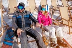 Paar die in liefde samen van in zon bij bergen genieten Royalty-vrije Stock Afbeeldingen