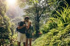 Paar die in liefde terwijl wandeling kussen royalty-vrije stock afbeelding
