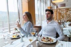 Paar die lunch hebben bij rustiek gastronomisch restaurant royalty-vrije stock foto
