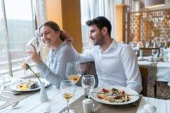 Paar die lunch hebben bij rustiek gastronomisch restaurant royalty-vrije stock afbeelding