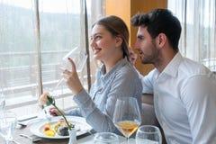 Paar die lunch hebben bij rustiek gastronomisch restaurant royalty-vrije stock fotografie