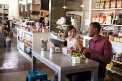 Paar die Lunch van Datum in Delicatessenrestaurant genieten stock fotografie