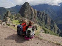 Paar die Machu Picchu bewonderen Royalty-vrije Stock Fotografie