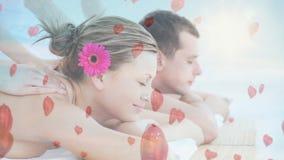 Paar die massage hebben bij kuuroord voor valentijnskaartdag stock video