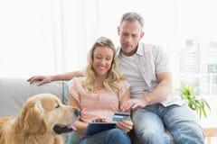 Paar die met creditcard online winkelen stock fotografie