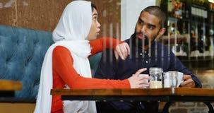 Paar die met elkaar in cafetaria 4k interactie aangaan stock footage