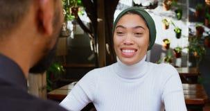 Paar die met elkaar in cafetaria 4k interactie aangaan stock video