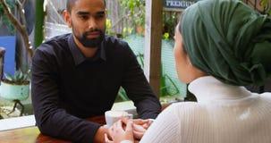 Paar die met elkaar in cafetaria 4k interactie aangaan stock videobeelden