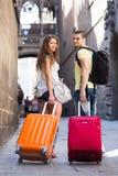 Paar die met koffers reizen Stock Afbeeldingen
