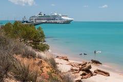Paar die met schip zwemmen van de honden het moderne die cruise tot pier wordt gebonden Stock Afbeelding