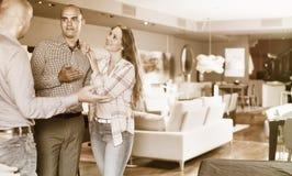 Paar die meubilair in salon kiezen Stock Afbeeldingen