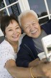 Paar die mobiele telefoon in openlucht met behulp van Royalty-vrije Stock Foto's