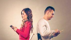 Paar die mobiele telefoons met behulp van die spreken niet Conflict royalty-vrije stock foto's