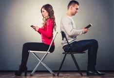 Paar die mobiele telefoons met behulp van die spreken niet Conflict royalty-vrije stock afbeelding