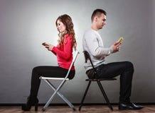 Paar die mobiele telefoons met behulp van die spreken niet Conflict stock afbeeldingen