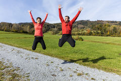 Paar die na de voltooiing van hun openluchtoefening springen stock afbeelding