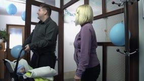 Paar die naar huis met pasgeboren aankomen stock videobeelden