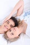 Paar die naast elkaar liggen royalty-vrije stock foto's