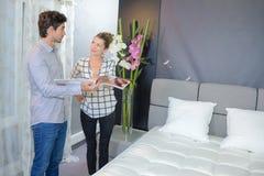 Paar die nieuw bed bekijken stock afbeelding