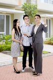 Paar die nieuw huis met een onroerende goederenmakelaar jagen Royalty-vrije Stock Fotografie