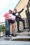 Paar die nieuwe flat bezoeken Stock Afbeelding