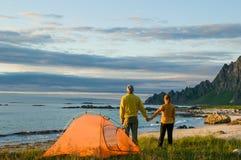 Paar die in Noorwegen kamperen Stock Afbeelding