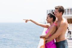 Paar die oceaan richten Stock Afbeelding