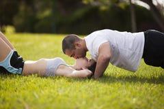 Paar die oefening en het kussen maken Stock Foto's