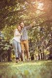 paar die in omhelzing op de weide samen lopen Sh vriend Stock Foto's