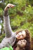 Paar die omhooggaand en voor een grappige selfie glimlachen kijken Royalty-vrije Stock Foto's