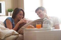 Paar die ontbijt in bed hebben royalty-vrije stock foto