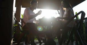 Paar die Ontbijt bij van de de Zomerterras, Man en Vrouw de Mededeling eten terwijl in openlucht het Genieten van van Gezonde Maa stock footage