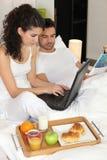 Paar die ontbijt eten Royalty-vrije Stock Foto's