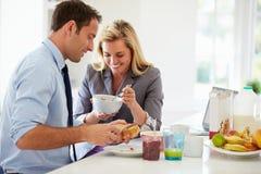 Paar die Ontbijt hebben samen alvorens voor het Werk Weg te gaan royalty-vrije stock fotografie