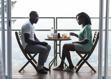 Paar die ontbijt hebben samen bij het balkon stock foto