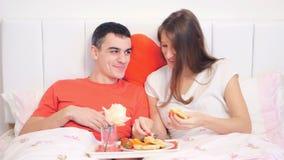 Paar die ontbijt in het bed eten stock video
